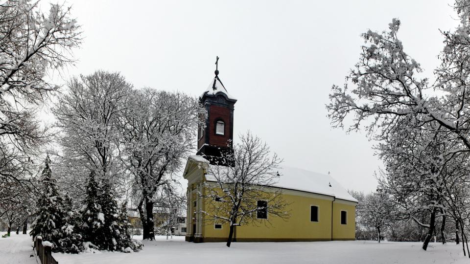 Hófehér templomkert